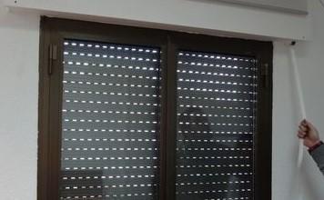 bajar las persianas para coger pajaro en casa
